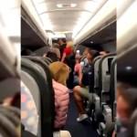 #Video Pasajeros de avión cantan en coro tras remoción de dos hombres sin cubrebocas