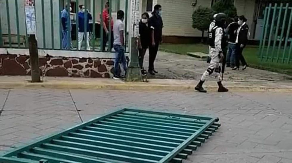 Paciente con COVID-19 roba auto a médico y escapa de hospital en Edomex - Puerta de hospital de Valle de Bravo tumbada por paciente que escapó. Foto Especial