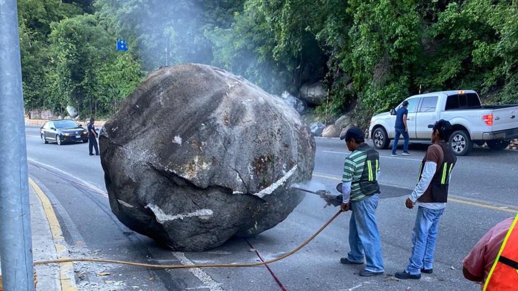 Trabajan en Guerrero para reabrir vialidades y carreteras afectadas por sismo - Remoción de roca de carretera Escénica de Acapulco