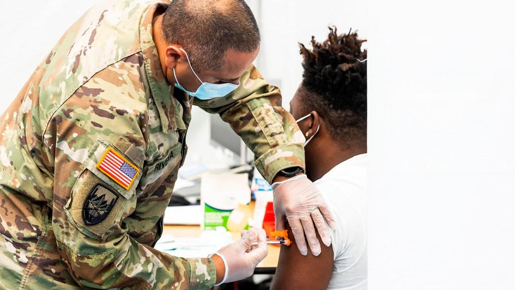Guardia Nacional reemplazará en NY a trabajadores sanitarios que rechazan vacunarse - Sargento de la Guardia Nacional aplica vacuna contra COVID-19 en Nueva York