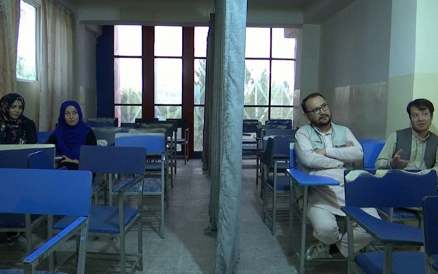 Talibanes autorizan a mujeres seguir en la universidad, pero separadas de los hombres - Separación de mujeres y hombres en universidad de Afganistán. Foto de Aria News