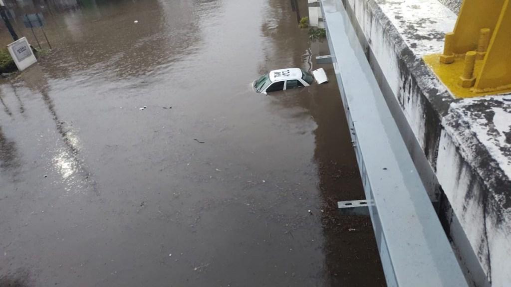 #Video Lluvias inundan Cuernavaca, Morelos - Taxi bajo el agua en bajopuente de la Cuernavaca-Acapulco