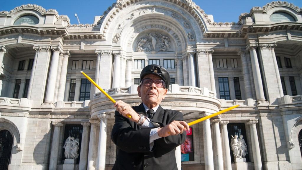 Murió Tino Contreras, leyenda del jazz mexicano - Tino Contreras frente al Palacio de Bellas Artes