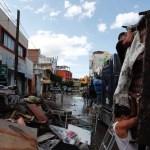 Afectados por lluvias en México rescatan entre el lodo sus pertenencias - Foto de EFE
