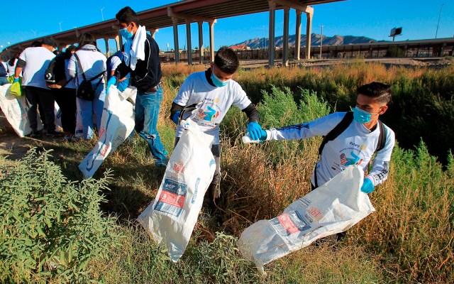 Activistas se unen en la frontera México-EEUU para limpiar el río Bravo - Integrantes de la agrupación binacional