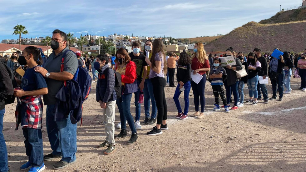 Adolescentes de Nogales cruzan a Arizona para vacunarse contra COVID-19 - Adolescentes de Nogales formados junto con sus padres para cruzar a EE.UU. por la vacuna contra COVID-19