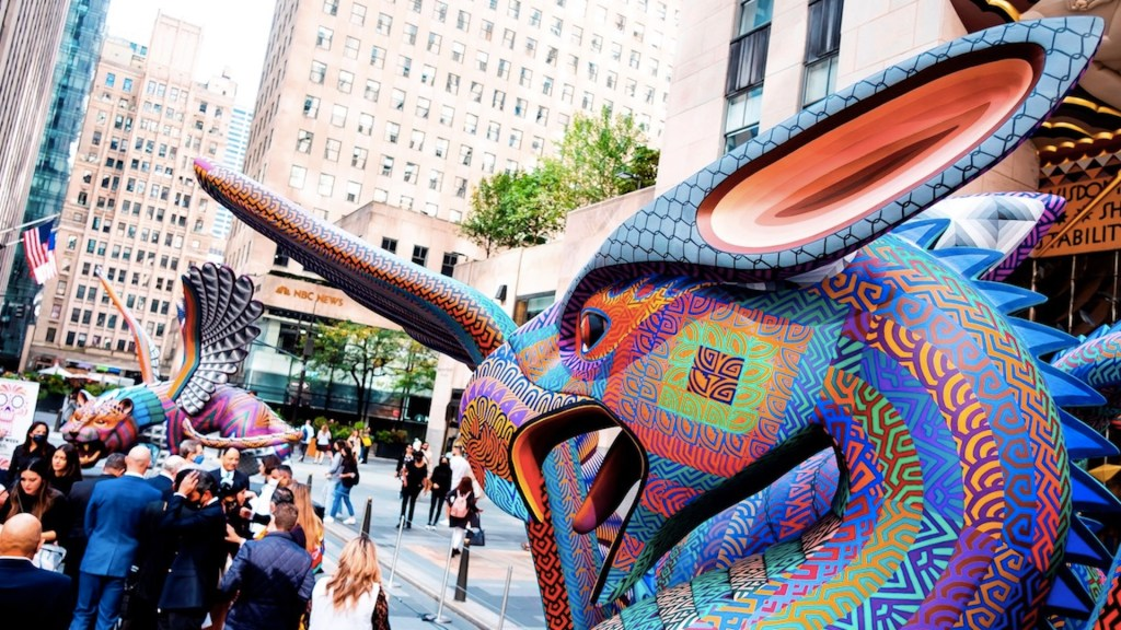 Alebrijes conquistan el Rockefeller Center en Nueva York - El Rockefeller Center le da la bienvenida a dos alebrijes oaxaqueños. Foto de EFE