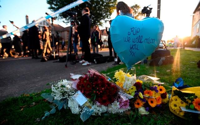 Asesinato del diputado David Amess - Flores de homenaje en el lugar donde ha sido asesinado el diputado conservador David Amess, apuñalado mientras atendía a los ciudadanos de su circunscripción en Essex. Foto de EFE/ EPA/ ANDY RAIN.