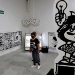 'El mundo según Mafalda', la muestra que roba miradas en Guadalajara - Visitantes observan la exposición