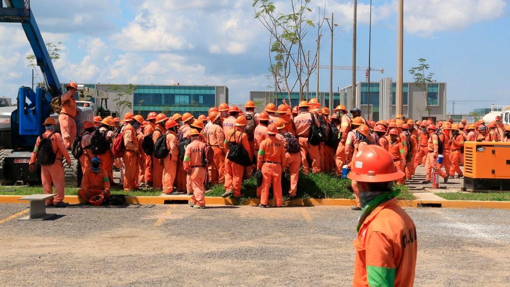 ICA Fluor llama a trabajadores a reanudar labores en Dos Bocas; promete pago de días no laborados - Empleados de ICA Fluor en la refinería de Dos Bocas
