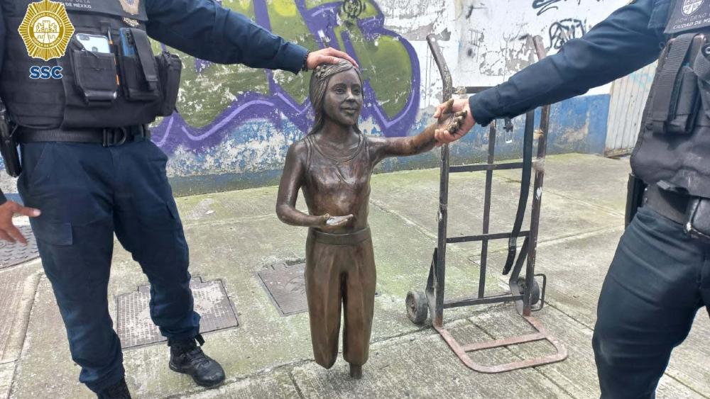 Detienen a sujeto por robarse estatua de una plaza en CDMX - Estatua niña CDMX robo