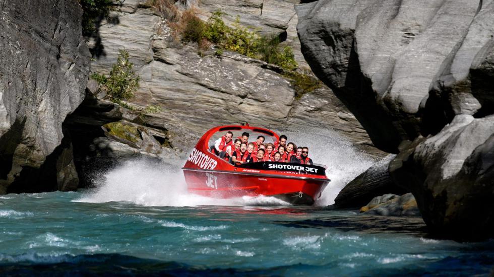 Adrenalina tipo película de James Bond en lancha rápida en Nueva Zelanda, por Ivonne Frid - jet boat. nueva zelanda