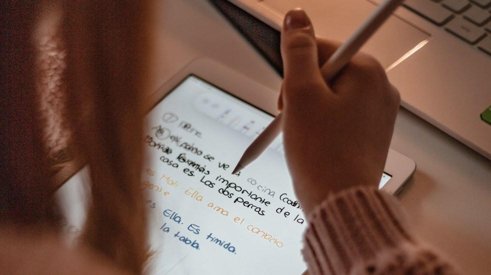 El 7.5 por ciento de la población mundial ya habla español - Joven estudiando español