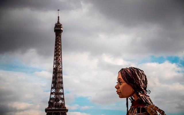 La pequeña Amal en Paris - Vista de Amal, la marioneta gigante creada por la Compañía Handspring Puppet y que simboliza una niña siria refugiada, durante un evento en La Torre Eiffel, Paris, Francia. Foto de EFE/ EPA/ CHRISTOPHE PETIT TESSON.