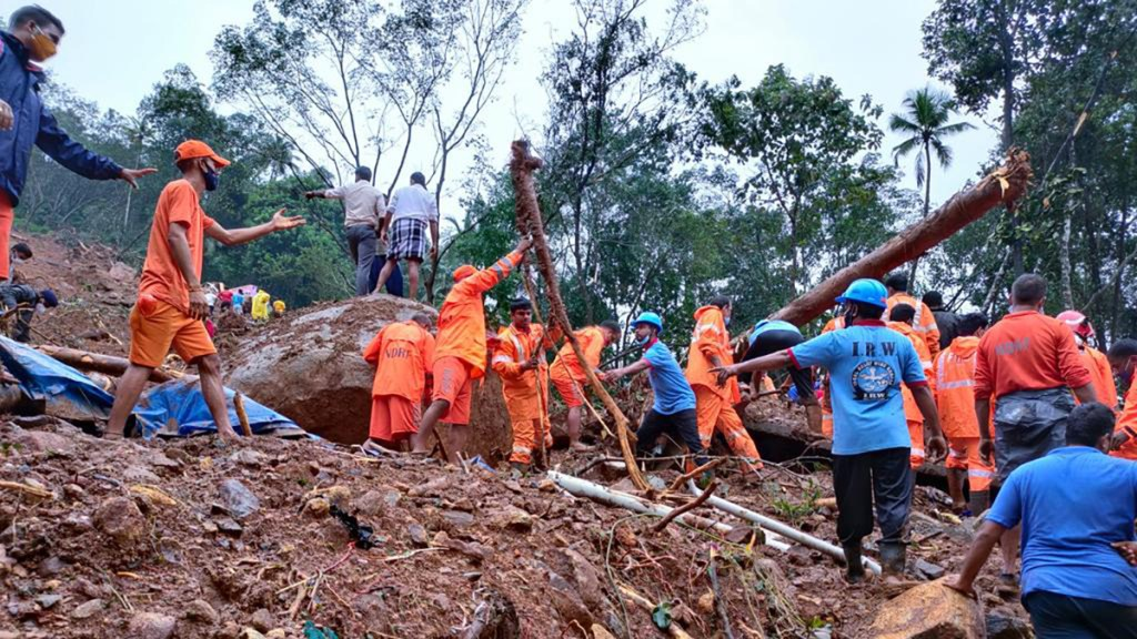 Lluvias dejan en India al menos 19 muertos y varios desaparecidos - Labores de rescate en India tras deslizamiento de tierra