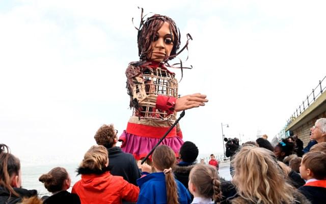 'Little Amal', una marioneta de 3.5 metros de altura de una joven refugiada siria, llegó a Folkstone, Gran Bretaña. Amal está al final de su gira de ocho mil km por Europa de Turquía a Gran Bretaña para crear conciencia sobre la difícil situación de los jóvenes refugiados - Little Amal Reino Unido