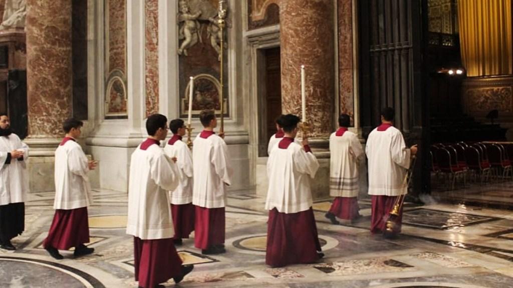 Absuelven a sacerdote y exrector de seminario vaticano por abuso sexual - Monaguillos del preseminario San Pío X en la Basílica de San Pedro