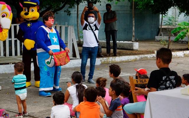 Save the Children presenta campaña para proteger a niñez migrante en México - Niños migrantes disfrutan de show infantil