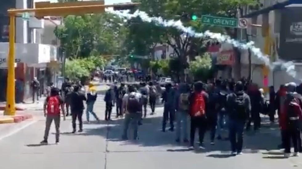 Se enfrentan normalistas y policías en Tuxtla Gutiérrez, Chiapas - normalistas policías Chiapas Tuxtla