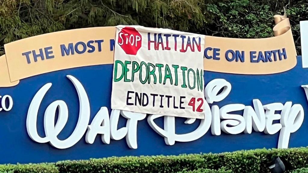 Migrantes protestan con pancartas en Disney para pedir la ciudadanía de EE.UU. - Pancarta de migrantes en entrada a parque de Disney en Orlando