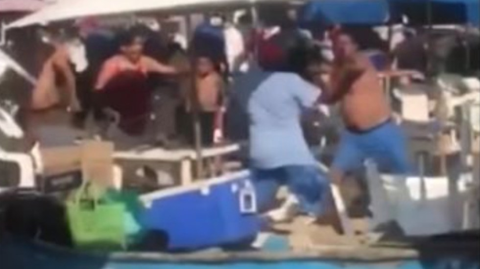 #Video Pelean turistas y comerciantes en Playa Caleta, Acapulco - Pelea bronca Acapulco Caleta