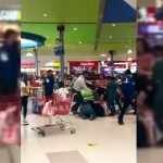 #Video Pelea por mesa en plaza de Apodaca termina a golpes