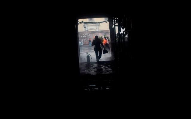 Policía antimotines de Guatemala retoma el control del Congreso - Bomberos apagan incendios causados por manifestantes en alrededores del Congreso, en Ciudad de Guatemala. Más de 200 de agentes antimotines de la Policía Nacional Civil (PNC) de Guatemala retomaron el control del Congreso, después de que fuera invadido a la fuerza por veteranos militares que exigen una compensación económica por sus servicios en el conflicto armado interno (1960-1996). Foto de EFE/ Edwin Bercián.—