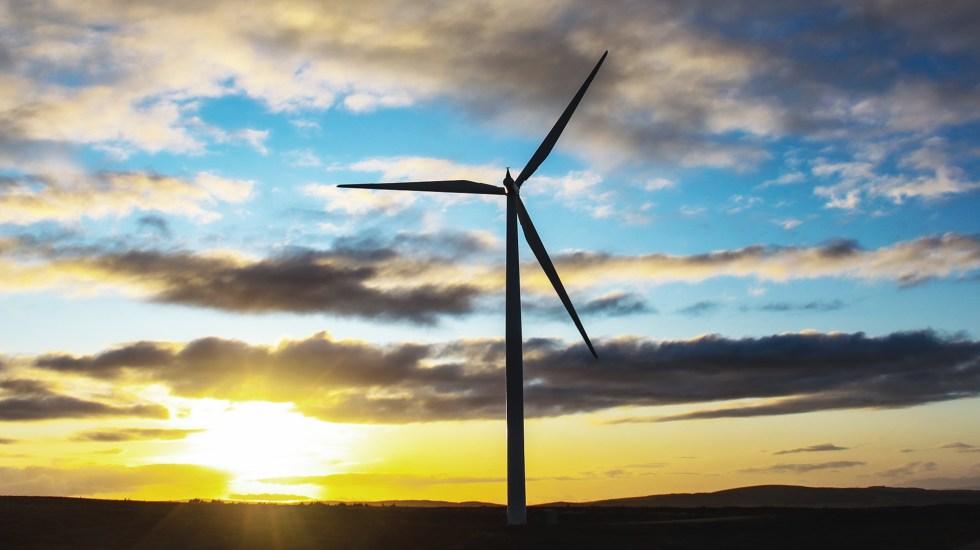 Reino Unido se compromete a generar electricidad de fuentes renovables para 2035 - Poste de energía eólica en Reino Unido