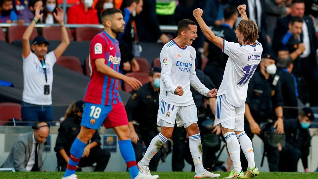 Real Madrid se lleva el Clásico Español contra el Barça - El defensa del Real Madrid, Lucas Vázquez, celebra con su compañero, Modric su gol ante el FC Barcelona. Foto de EFE