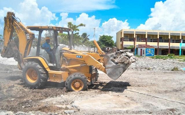 Sur de Haití reanuda clases tras terremoto, pero sin aulas - Remoción de escombros en escuela de Haití afectada por terremoto
