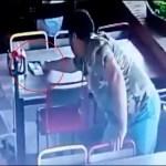 #Video Cliente roba en restaurante de Jalisco dinero de la cuenta de otra mesa
