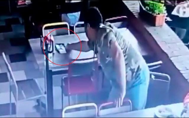 #Video Cliente roba en restaurante de Jalisco dinero de la cuenta de otra mesa - Robo de dinero de cuenta en restaurante de Jalisco