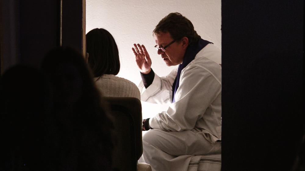 secreto confesión sacerdote