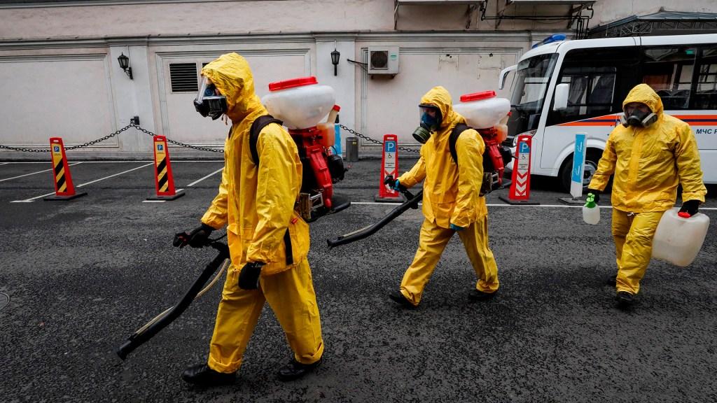 """OMS mantiene emergencia mundial por COVID-19; estima que pandemia está """"lejos del final"""" - Tareas de desinfección en Rusia ante la pandemia de COVID-19"""