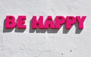 Inscription du bonheur be happy sur un mur