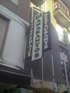 Cartel en la fachada del Amarantos (foto: OCE)