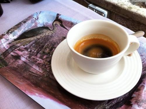 El café, tostado en casa y servido con mucha elegancia, en restaurante Deluz (foto: Cuchillo)