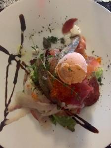 Ensalada de huevas de salmón, pescados y helado de piquillo (foto: Igone Z.)