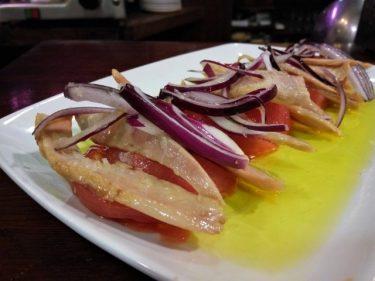 Ventresca de atún, tomate y cebolla roja, en Gure Etxea (foto: Cuchillo)