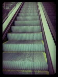 Escalera hacia arriba metro