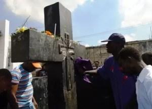 La croix du Baron Samedi dans le cimetière de Port aux Princes (Haïti)