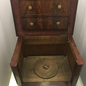 Sjietkist (toiletpot in houten bekasting)
