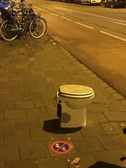 Wc-pot op straat groot