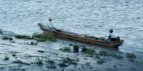 barque de pêcheurs sur le rio guaya / fishermans on the rio guaya