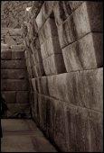 """""""sacristie"""" adjacene au temple principal aux murs inclinés vers l'intérieur"""