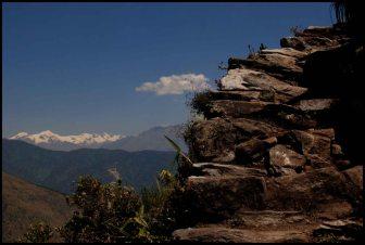 sommets enneigés et escaliers pour monter à la montagne Machu Picchu