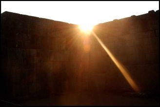 soleil sur le temple principal / rays of sun on the main temple