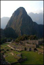 Secteur du temple non terminé et des wayronas du rocher sacré avec le Huayna Picchu dans le fond.