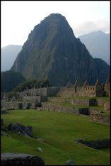 main plazza and Eastern urban sector with Huayna Picchu in the background / place principale et secteur urbain Est avec le Huayna Picchu en arrière-plan