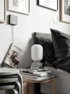 újságok, könyvek, lámpa